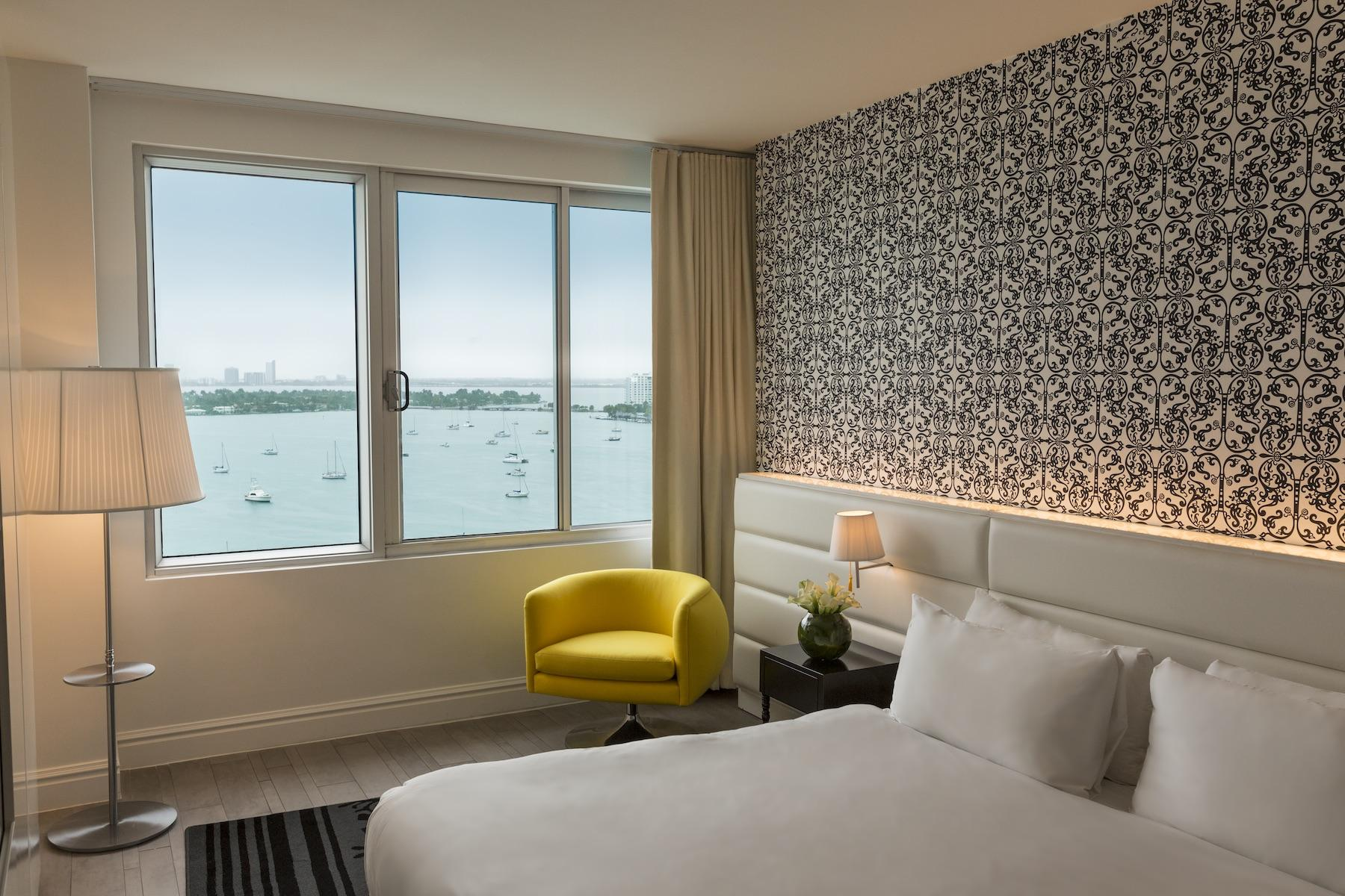 king-bed-bay-view-yellow-single-chair